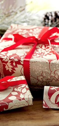 beautiful Christmas wrapping http://rstyle.me/n/dfam8nyg6