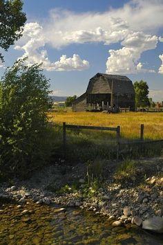 beautiful country scenery love this barn Country Barns, Country Life, Country Living, Country Roads, Farm Barn, Old Farm, Country Scenes, Jolie Photo, Rustic Barn