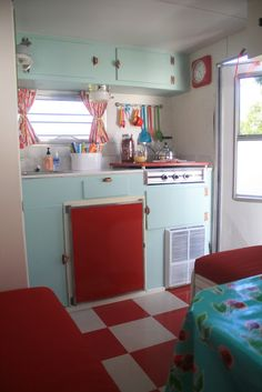 I love looking at the before and after pics, what a CUTE little trailer.