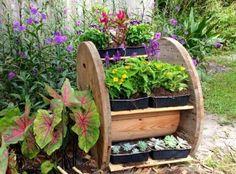 une idée DIY de rangement pour fleurs en bois, des jardinières avec des fleurs diverses, intéressante idée d aménagement jardin