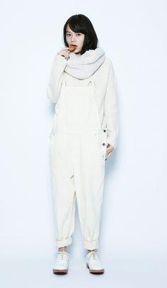 この冬もぜひトライして欲しいのが、夏に大流行した全身真っ白なスタイル。生成がかった白で、ほっこりピュアな印象に仕上げました。 ショートボアスヌード¥2,900+税 / No417688 AC/Wタック...