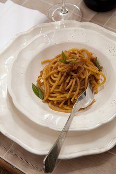 Realizza seguendo la ricetta di Sale&Pepe i bigoli in salsa di acciughe: una ricetta semplice e tradizionale del Veneto. Scopri la ricetta su Sale&Pepe.