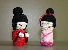Patrons gratuits pour réaliser deux modèles différents d'amigurumi kokeshi.