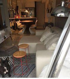 Apartamento em Blumenau com linda decoração by @formarquiteturaedesign e vários produtos Oppa.... sofá Maraú, tapete rascunho, bancos champagne e rack biscoito fino!!! Como não amar? ❤️ #oppagoiânia #oppadesign #oppalovers #interiorlovers #decor #design #room #sofa #tapetes