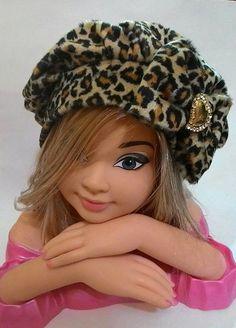Faça uma boina você mesma. Fleece Projects, Hat Crafts, Headband Styles, Flower Hats, Aiko, Hat Making, Baby Headbands, Baby Dress, Crochet Hats
