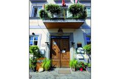 """Der Gasthof """"Goldener Stern"""" in Melk wird verkauft: Die ehemalige Stiftstaverne """"Goldener Stern"""", erhaben in der Fußgängerzone von Melk,... Portal, Mansions, House Styles, Outdoor Decor, Home Decor, Gold Stars, Manor Houses, Villas, Fancy Houses"""