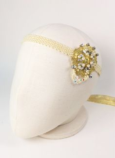 Wear this Art Deco led bridal headdress for effortless glamour with a timeless vintage feel. Made of Swarovski crystal stones, Swarovski crystal beads and Japan faux pearls, the effect is simple yet stunning.