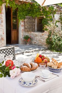 Easter in Tuscany means you can witness the awakening of nature. What best occasion than having breakfast outside while birds sing? Breakfast Tea, The Breakfast Club, Morning Breakfast, Outdoor Dining, Outdoor Decor, Under The Tuscan Sun, Tuscany Italy, Tuscany Homes, Tuscan Style