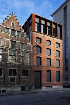 Kendall - Antwerp, Anversa, 2010 Two beautiful buildings. Window covers on the right fit well. Coreten is a good friend to brick. Change in window height as floors go up Mais Architecture Design, Industrial Architecture, Contemporary Architecture, Contemporary Office, Sustainable Architecture, Residential Architecture, Small Buildings, Beautiful Buildings, Parasitic Architecture