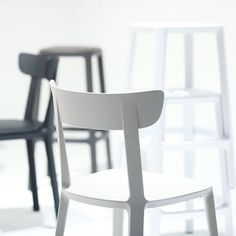 The chair and the two high and low stools make up the essential elements necessary to meet the requirements of a home, either indoor or outdoor, but they also fit perfectly in a restaurant or in a cafe. Cadrea is a polypropylene and fiberglass monoblock characterized by lightweight, resistance to light and weatherproofing, whose sober palette of colours ranges from white to light brown and from dark brown to black, with the addition of a surprisingly elegant dark green. Bistro Chairs, Side Chairs, Dining Chairs, Modern Chairs, Modern Furniture, Contemporary Design, Modern Design, Low Stool, Cafe Restaurant