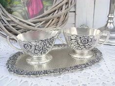 *feines Zucker & Sahne Set aus Granny's Vitrine*  Versilbert, oder aus einer Silberlegierung. Wundervoll mit Blütenrelief verziert. Für eine festlich gedeckte Kaffeetafel, wenn mal mehr Gäste...