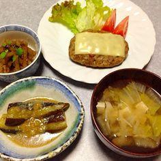 チーズのせハンバーグ、 フキの直鰹、 ナスの味噌煮、 豆腐と舞茸と白菜の味噌汁 です。 - 22件のもぐもぐ - ハンバーグ晩ご飯 by orieueki