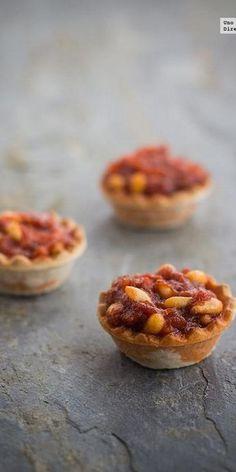 Tartaletas de sobrasada con miel y piñones. Receta Spanish Dishes, Spanish Tapas, Catering, Mini Appetizers, Tapas Bar, Brunch, Snacks, Appetisers, Food Gifts