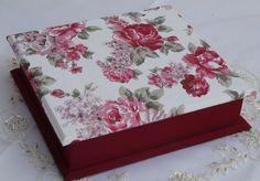 Caixa em mdf forrada com tecido 100% algodão. Peça pintada com tinta pva. Peça envernizada.