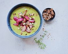 Forårs grøn suppe med en topping af ristede radiser og saltede mandler. Radiser kan være ret så skape i smagen, men det forsvinder helt, når de ristes på panden. Og…