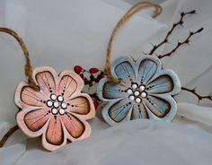 Kytička Keramický květ, komponent k dalšímu tvoření . Ceramic Jewelry, Polymer Clay Jewelry, Clay Studio, Clay Crafts, Washer Necklace, Pendants, Ceramics Ideas, Pottery, Clay Ideas