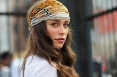 Head scarf - On the Street….Via Procaccini, Milan « The Sartorialist The Sartorialist, Scarf Hairstyles, Pretty Hairstyles, Boho Fashion, Fashion Beauty, Fashion Trends, Gossip Girl Serie, Boho Chic, Trendy Mood