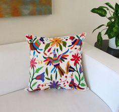 """Funda para cojin Otomi 23""""x23"""" cuadrada multi-color hecho y bordado a mano en tela de algodon manta color natural Textil Mexicano de Hidalgo"""