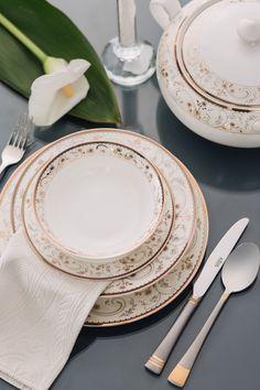 Bucură-te de o masă aranjată cu farfuriile și tacâmurile în stilul clasic royal!#farfurie#servetele#portelan englezesc# fine bone#farfurii Stilul Clasic, Plates, Tableware, Kitchen, Licence Plates, Dishes, Dinnerware, Cooking, Griddles
