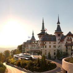 """THE DOLDER GRAND: HOTEL DES JAHRES 2016 Ausgezeichnet: Das Schweizer Luxushotel Dolder Grand wurde vom Gastronomieführer Gault Millau und der Uhrenmanufaktur Carl F. Bucherer zum """"Hotel des Jahres 2016"""" gekürt. Aussschlag-gebend für das Urteil seien vor allem die Lage zwischen der pulsie-renden Züricher City & der Natur, die erlesene Gastronomie mit zwei Restaurants, ein vielfach prä-miertes Spa sowie eine beachtliche Kunstsammlung mit über 100 Kunstwerken gewesen."""