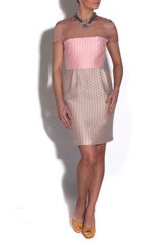 Vestido rosa y beige con hombros en organza de Jv Por Jorge Vázquez y collar joya de Anton Heunis
