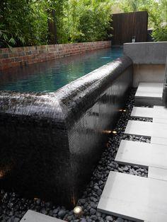 Se la piscina sarà fuori terra, perchè non fare uno sfioro che cade nei ciottoli?