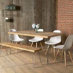 comedor de estilo rústico con paredes de ladrillo y muebles de madera real
