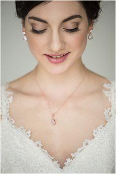 Winterzauber in Bronze und Altrosa von Hellbunt Events Wedding Hairstyles, Pearl Necklace, Corner, Make Up, Butterfly, Bronze, Rose Gold, Events, Pearls