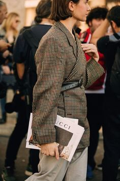 Paris Fashion Week is in full swing. See the best Paris Fashion Week street style from the shows circuit. All the Paris fashion week street style inspiration you need from the shows at PFW. Paris Fashion Week 2018 Street Style, Street Style 2018, Street Style Looks, Looks Style, Paris Street, Street Chic, Paris Fashion Weeks, Street Wear, Fashion Moda