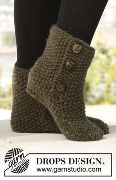 """Knitted DROPS slippers in seed st in """"Eskimo"""". ~ DROPS Design"""