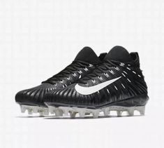 A flexible propulsion plate responds to your step for an extra bounce to juke your defender. Pebax ® propulsion plate for support and a springy feel. American Football Cleats, Mens Football Cleats, Men's Football, Black And White Man, Black White Fashion, Things That Bounce, Nike Men, Oreo, Metallic