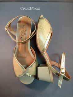 Sandália em couro nude com detalhes em couro metalizado dourado com salto grosso