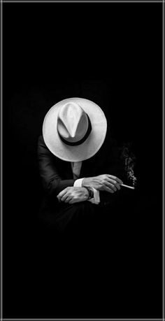 Arriesgarse   es   perder   Equilibrio    Momentáneamente     , No  Arriesgarse   es  perderse   uno   mismo    ..... Kierkegaard     . Dark Art Photography, Photography Poses For Men, Creative Photography, Black And White Photography, Portrait Photography, Lion Wallpaper, Dark Wallpaper, Joker Wallpapers, Smoke Art