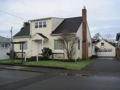 Seaside, OR: This is one great vacation home. 5 bedrooms and 3 full baths sleeps 12 comfortably. A full kitchen on the main floor has a buffet counter to spread ou...