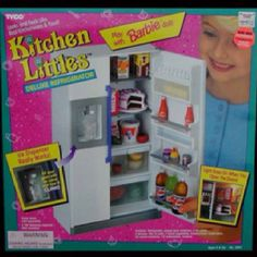 Tyco Kitchen Littles Deluxe Refrigerator. Made by Tyco, this set is the perfect size for Barbie dolls. This requires 2 AA batteries (not included) to turn on a light in the fridge. The ice dispenser can actually drop ice cubes into a cup! Play Barbie, Barbie Dolls, Barbie Stuff, Barbie Food, Barbie 90s, Doll Food, 90s Childhood, Childhood Memories, Vintage Barbie