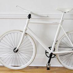 J'aime moyennement les petits vélos qui se replient dans tous les sens mai ça... guidon et pédales rétractables... tout se qui accroche normalement. Wow.