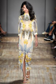 See all the Collection photos from Jenny Packham Spring/Summer 2015 Ready-To-Wear now on British Vogue Runway Fashion Looks, Fashion Models, High Fashion, Fashion Show, Jenny Packham, Vanity Fair, 11. September, Fashion Week 2015, Fashion Spring