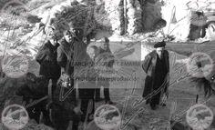 Las tropas de Franco llenan las calles de Belchite. Franco llega al pueblo acompañado de Ramón Serramo Suñer, Ruiz Albeniz, el Tte Cor Troncoso, el Cmte. Barroso y otros miembros del Cuartel general de Aragón. El general Yague y Franco arengan a las tropas desde el balcón de la plaza de Belchite. Batalla de Aragón, guerra civil española p31,081f,96A