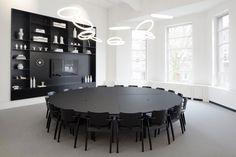 Meeting room 10, de minimalistische lichte ruimte om in rust te vergaderen. De ruimte is te vinden in Spaces Den Haag. Boeken kan via onze website deskbookers.com! #vergaderruimte #deskbookers