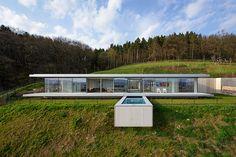 Esta vivienda en Alemania aprovecha las condiciones naturales del terreno en su diseño sustentable.
