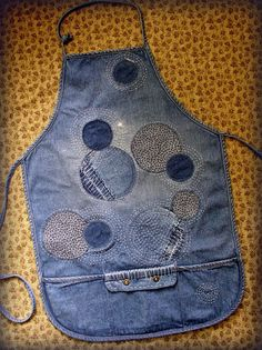 Embellished/mended jeans apron by Ingrid Dijkers: A Fun Little Project Jean Crafts, Denim Crafts, Artisanats Denim, Patched Denim, Jeans Recycling, Broderie Bargello, Jean Apron, Sewing Aprons, Denim Aprons