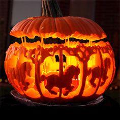 Un joli manège carrousel pour Halloween, creusé dans une citrouille