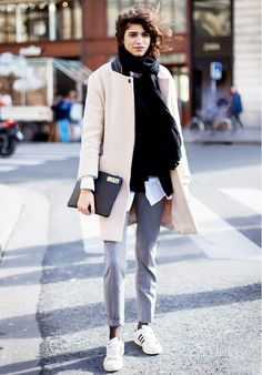 8a5a8b9d254a Casual but classy cold weather style  pastel coat + skinny trousers +  sneakers Bekleidung,