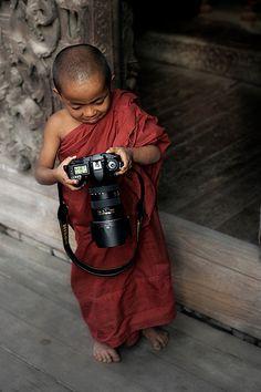 Young Nikon User Mandalay Myanmar Burma. Por favor es más grande que su cabecita