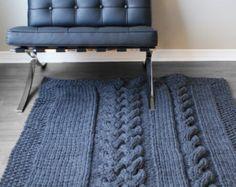 Mantener caliente y acogedor bajo esta manta hecha a mano de punto gruesa. En 49…