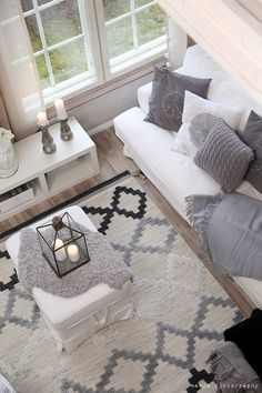 sala de estar decorada com tapete cinza, preto e beje, sofá branco aom almofada… Living room with gray carpet, black and beige, white sofa cushions in gray Home Living Room, Apartment Living, Living Room Designs, Living Room Decor, Decor Room, Living Room Inspiration, Home Decor Inspiration, Decor Ideas, Room Ideas