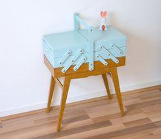 travailleuse style scandinave , pieds compas, vert menthe et vernis, Box with sewing, hard-working de la boutique atelierdelachoisille sur Etsy