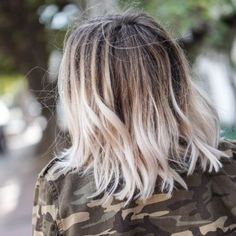 tie and dye blond platine cheveux carre long