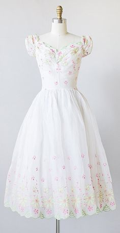 vintage 1940s white organza party dress with embroidery | #vintage #1940s #organza #partydress #vintagedress