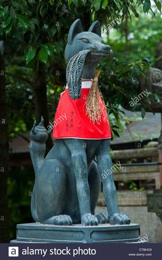 A kitsune (fox spirit) at the shrine of Fushimi Inari-taisha. It bears a bunch of newly harvested rice Japanese Fox, Fushimi Inari Taisha, Fox Spirit, Fox Girl, Kyoto Japan, Garden Art, Fashion Styles, Statues, Temple